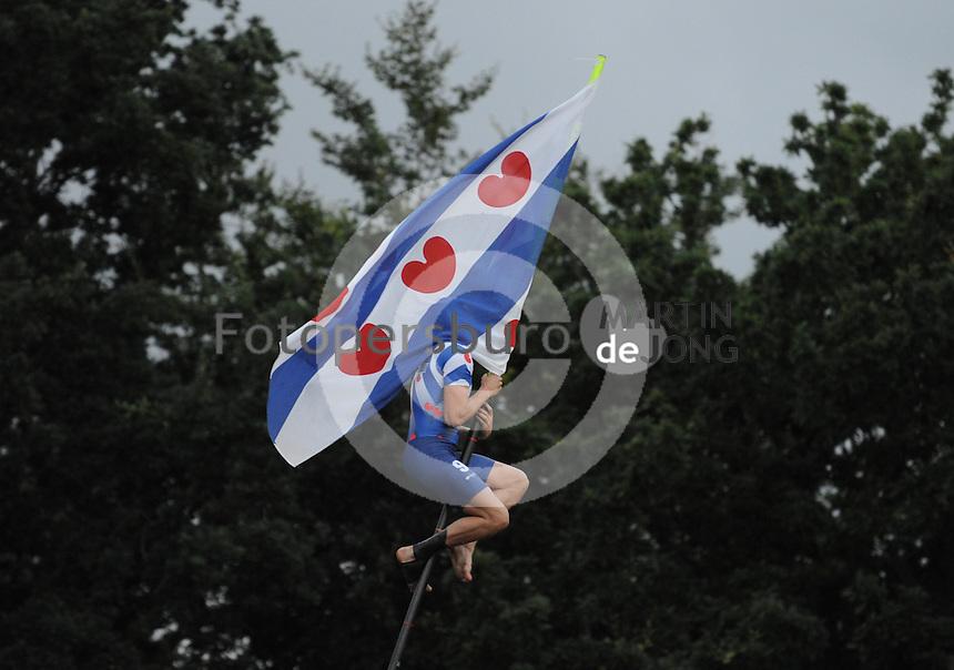 FIERLJEPPEN: BURGUM: Accommodatie 'De Jint', Ljeppersklup Burgum, 11-07-2012, Keningsljeppen, Kening Bart Helmholt (#97)) springt na z'n winst nog eenmaal met de Friese vlag naar de overkant, ©foto Martin de Jong