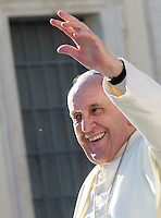 Papa Francesco saluta i fedeli al termine dell'udienza generale del mercoledi' in Piazza San Pietro, Citta' del Vaticano, 17 dicembre 2014.<br /> Pope Francis waves to faithful as he leaves at the end of his weekly general audience in St. Peter's Square at the Vatican, 17 December 2014.<br /> UPDATE IMAGES PRESS/Riccardo De Luca<br /> <br /> STRICTLY ONLY FOR EDITORIAL USE