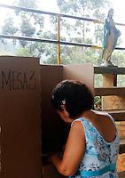 CALI -COLOMBIA. 25-05-2014. Una ciudadana marca su voto en Cali durante la jornada de elecciones Presidenciales en en Colombia que se realizan hoy 25 de mayo de 2014 en todo el país./ A citizen marks her vote in Cali during the day of Presidential elections in Colombia that made today May 25, 2014 across the country. Photo: VizzorImage / Juan C Quintero /Str