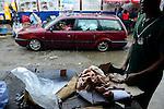 NIGERIA, Lagos, Frozen Food, selling of illegal imported chicken meat from Europe on the Ijora market, the meat is smuggled from Benin / NIGERIA LAGOS, Ijora Markt , Verkauf von illegal importiertem Huehnerfleisch aus der EU, das Fleisch wird aus Benin nach Nigeria geschmuggelt