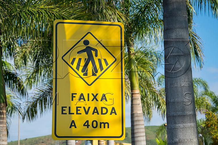 Placa indicando faixa para pedestres elevada a 40m, Aparecida - SP, 10/2016.