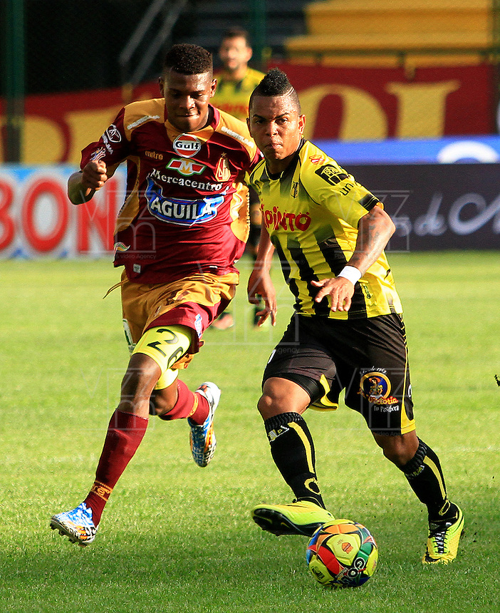 FLORIDABLANCA -COLOMBIA, 02-11-2014.  Nelson Barahona (Der) jugador de Alianza Petrolera disputa el balón con Nicolas Palacios (Izq) de Deportes Tolima durante encuentro  por la fecha 17 de la Liga Postobon II 2014 disputado en el estadio Alvaro Gómez Hurtado de la ciudad de Floridablanca./ Nelson Barahona (R) player of Alianza Petrolera fights for the ball with Nicolas Palacios (L) player of Deportes Tolima during match for the 17th date of the Postobon League II 2014 played at Alvaro Gomez Hurtado stadium in Floridablanca city Photo:VizzorImage / Duncan Bustamante / STR