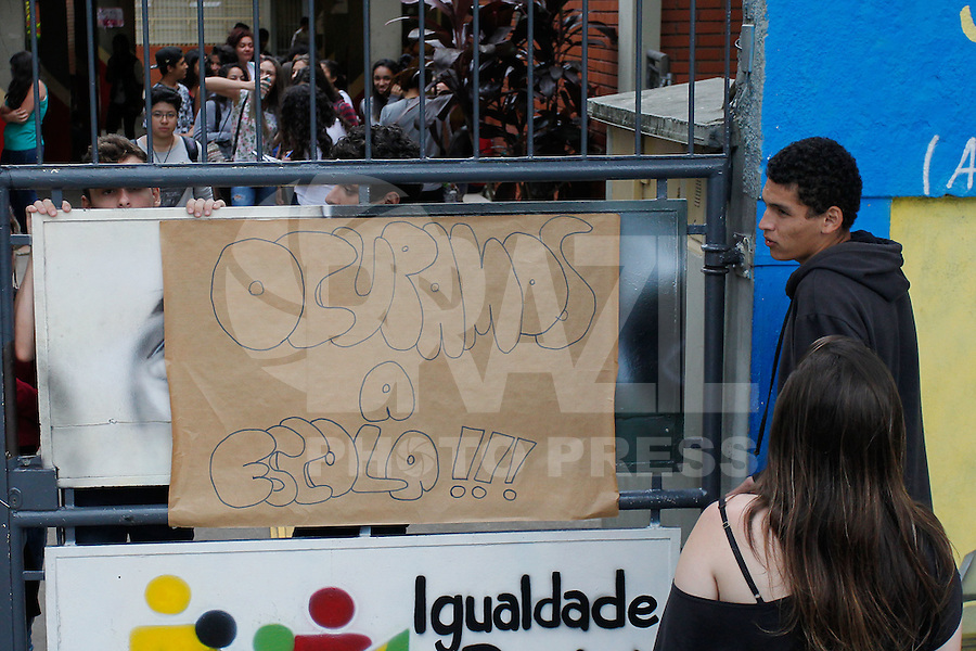 TABOAO DA SERRA,SP, 24.11.2015 - PROTESTO-ESTUDANTES - Alunos ocupam a Escola Estadual Domingos Mignoni na cidade de Taboão da Serra nesta terça-feira, (24). (Foto: Douglas Pingituro/Brazil Photo Press)