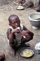 - meal distribution by an humanitarian organization to the poor or war orphan childrens....- distribuzione del pasto da parte di una organizzazione umanitaria ai bambini poveri o orfani di guerra