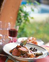 """Europe/France/Corse/2A/Corse-du-Sud/Porto-Vecchio: Quasi de Veau au jambon corse  et verre de vin rouge, recette d 'Eric Manent Chef du restaurant """"Le Belvedere"""""""