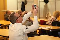 Der überglückliche Gewinner der Wahl Burkhard Ziegler (Freie Wähler) hält das Ergebnis mit dem Handy fest