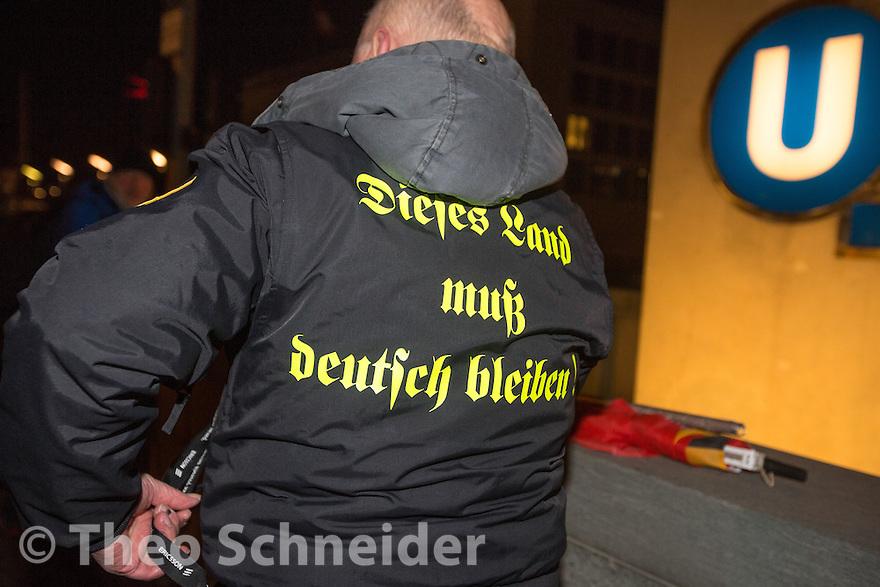 """Teilnehmer der Mahnwache fordert """"Dieses Land muß deutsch bleiben"""" // Kundgebung der Neuen Rechten und AfD nach Anschlag am Breitscheidplatz  vor dem Kanzleramt in Berlin."""