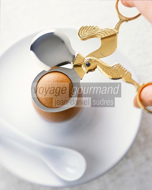Gastronomie générale / Cuisine générale : Ouverture d'un oeuf coque avec un ciseau