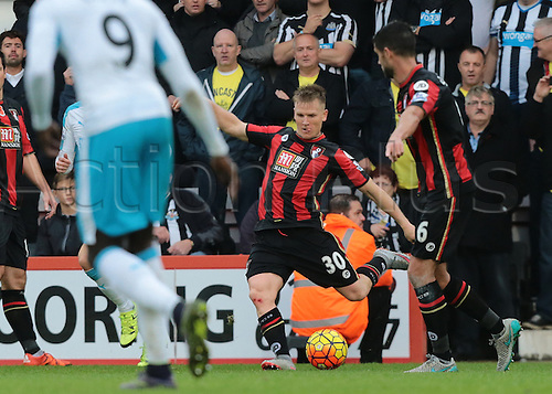 07.11.2015. Vitality Stadium, Bournemouth, England. Barclays Premier League. Matt Ritchie of Bournemouth crosses into the Newcastle area as Bournemouth push for the equaliser