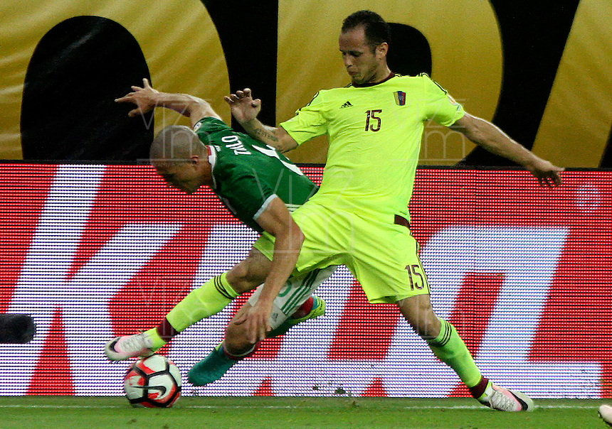 HOUSTON - UNITED STATES, 13-06-2016: Jorge Torres Nilo (Izq) jugador de Mexico (MEX) disputa el balón con Alejandro Guerra (Der) jugador de Venezuela (VEN) durante partido del grupo C fecha 3 por la Copa América Centenario USA 2016 jugado en el estadio NRG en Houston, Texas, USA. /  Jorge Torres Nilo (L) player of Mexico (MEX) fights the ball with Alejandro Guerra (R) player of Venezuela (VEN) during match of the group A date 3 for the Copa América Centenario USA 2016 played at NRG stadium in Houston, Texas ,USA. Photo: VizzorImage/ Luis Alvarez /Str