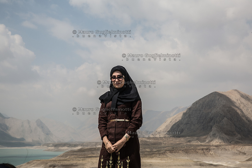 ritratto di donna in paesaggio montano