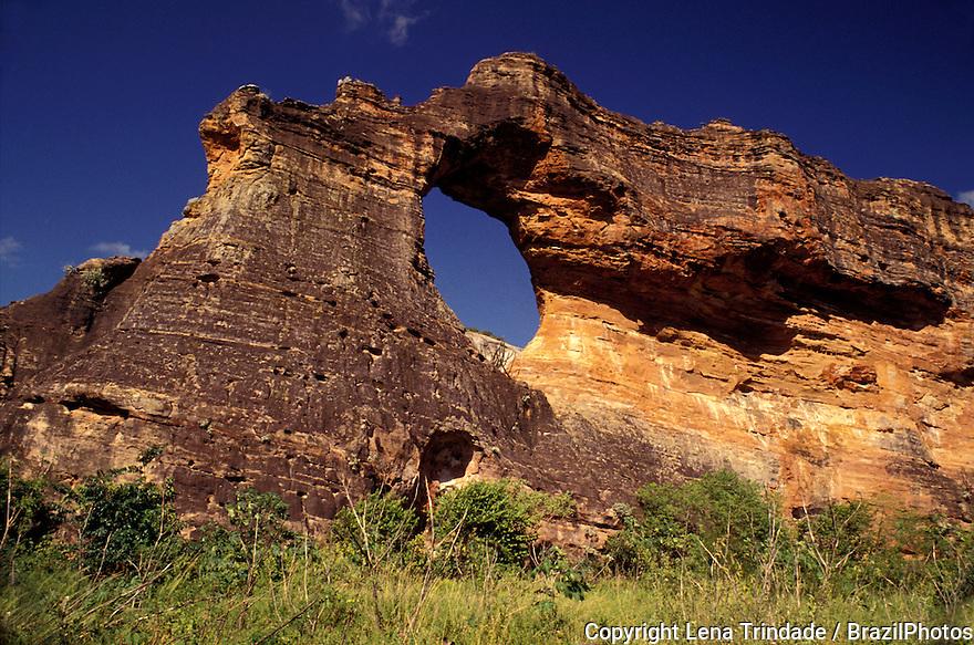 Pedra Furada ( Pierced Stone or Drilled Stone ) Parque Nacional da Serra da Capivara ( Capivara Mountains National Park ), huge natural stone arch. Sao Raimundo Nonato, Piaui State, Northeastern Brazil.