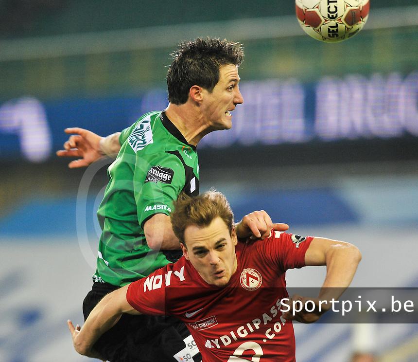 Cercle Brugge - KV Kortrijk : kopduel tussen Bernt Evens en Brecht Capon (onder).foto VDB / BART VANDENBROUCKE