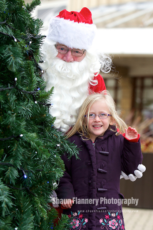 Pix: Shaun Flannery/shaunflanneryphotography.com...COPYRIGHT PICTURE>>SHAUN FLANNERY>01302-570814>>07778315553>>..21st November 2010............Lakeside Village, Doncaster - Christmas Launch..Santa pictured with Ella Nugent (5).
