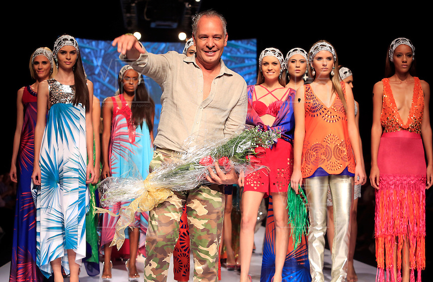 CALI - COLOMBIA - 25-10-2013: El diseñador Colombiano Hernan Zajar (Cent.), durante pasarela en el Exposhow 2013, en el Centro de Eventos Valle del Pacifico que se realiza en la ciudad de Cali. (Foto: VizzorImage / Juan C. Quintero / Str.) The Colombian designer Hernan Zajar(C), during Exposhow 2013, at the Centro de Eventos Valle del Pacifico to be held in the city of Cali. (Photo: VizzorImage / Juan C. Quintero / Str)