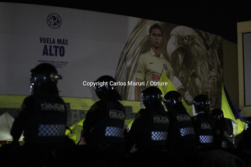 M&eacute;xico DF 14/Diciembre/2014.-<br /> As&iacute; vivi&oacute; la afici&oacute;n la final de la apertura del f&uacute;tbol mexicano de la liga MX 2014, entre el equipo del Club Am&eacute;rica Vs Tigres en donde se consagro el equipo de Coapa quedando Campe&oacute;n en el Estadio Azteca (3-0) y remont&aacute;ndose en el marcador global (3-1).<br /> <br /> Cabe destacar que antes de dicho encuentro se dispuso un dispositivo de seguridad por parte de la Secretaria de Seguridad P&uacute;blica del Distrito Federal (SSPDF) en que participaron m&aacute;s de 4mil elementos, lo que permiti&oacute; tener bajo control a j&oacute;venes integrantes de las diferentes porras de las &Aacute;guilas del Am&eacute;rica y as&iacute; evitar confrontaciones y accidentes. <br /> <br /> <br /> <br /> Foto: Carlos Maruri / Obture