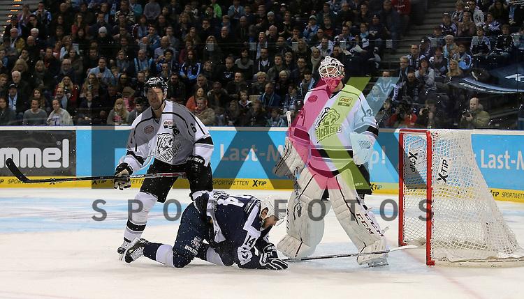 Foto: v.l. Kurtis Foster (Nuernberg) , Garrett Festerling (Hamburg, am Boden) und Goalie Tyler Beskorowany (Nuernberg) beim Spiel in der DEL, Hamburg Freezers (blau) - Nuernberg Ice Tigers (weiss).<br /> <br /> Foto &copy; PIX-Sportfotos *** Foto ist honorarpflichtig! *** Auf Anfrage in hoeherer Qualitaet/Aufloesung. Belegexemplar erbeten. Veroeffentlichung ausschliesslich fuer journalistisch-publizistische Zwecke. For editorial use only.