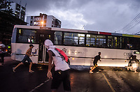 RIO DE JANEIRO, RJ 26.03.2014 - PROTESTO PRACA SECA  - Moradores do morro Sao Jose Operario, conhecido como morro da Barao em Jacarepagua zona oeste do Rio de Janeiro, queimarao tres onibus e um carro durante  protesto pela a morte de um rapaz de 20 anos nesta quarta-feira . O rapaz foi espancado ate a morte segundo moradores que acusam a policia militar do 9 batalhao do ato. A tropa de choque foi chamada para conter os manifestantes. (Foto: Tercio Teixeira/Brazil Photo Press)