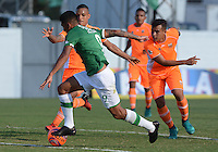 ENVIGADO -COLOMBIA-05-02-2017: Jefferson Gomez (Der) jugador de Envigado FC disputa el balón con Jefferson A. Duque  (Izq) jugador de Deportivo Cali durante partido por la fecha 1 de la Liga Águila I 2017 realizado en el Polideportivo Sur de la ciudad de Envigado. / Jefferson Gomez (R) player of Envigado FC fights for the ball with Jefferson A. Duque  (L) player of Deportivo Cali during match for the date 1 of the Aguila League I 2017 played at Polideportivo Sur in Envigado city.  Photo: VizzorImage/ León Monsalve /Cont