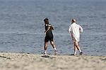 NORDERNEY Trainer Thomas Schaaf bleibt Norderney treu. Nachdem er bereits elfmal mit Fu&szlig;ball-Bundesligist Werder Bremen ins Trainingslager auf die Nordseeinsel gefahren ist, um sein Team auf eine Saison vorzubereiten, will er die Sportpl&auml;tze und die dort gebotene Betreuung auch f&uuml;r seinen neuen Verein, Eintracht Frankfurt, nutzen. Das Trainingslager ist f&uuml;r die Zeit vom 6. bis 12. Juli geplant.<br /> Archiv aus: FBL 06/07 Tag 3<br /> <br /> Trainingslager Werder Bremen Norderney 2006 <br /> <br /> morgendlicher Strandlauf der Mannschaft am Strand von Norderney, Hier Neuzugang Diego und Trainer Thomas Schaaf<br /> <br /> Foto &copy; nordphoto <br /> <br /> <br /> <br />  *** Local Caption ***
