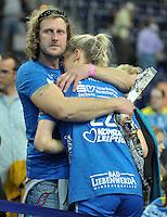 Handballl Champions League Frauen - HC Leipzig (HCL) gegen IK Sävehof/ Saevehof am 19.10.2013 in Leipzig (Sachsen). <br /> IM BILD: Susann Müller / Mueller (HCL) wird nach dem Spiel getröstet. <br /> Foto: Christian Nitsche / aif