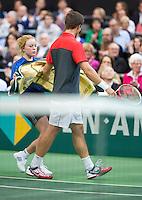 11-02-13, Tennis, Rotterdam, ABNAMROWTT, Ballgirl gives Igor Sijsling a towel