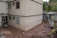 SAO PAULO, SP - 18.11.2014 - ROMPIMENTO DA SABESP INTERDITA PRÉDIO - Uma adutora da SABESP rompe na madrugada desta terça-feira (18) no Capão Redondo, zona sul de São Paulo e interdita parte de prédio. O incidente foi no cruzamento da Estrada de Itapecerica com a Av. Carlos Lacerda, a pressão da água derrubou muro, trincou parte das escadas de acesso e alagou o prédio e demais imóveis na região.<br /> <br /> (Foto: Fabricio Bomjardim / Brazil Photo Press)