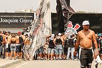 SÃO PAULO,SP,17.10.2014 -PROTESTO TORCEDORES CORINTHIANS  - Torcedores do Corinthians protestam em frente o  CT Joaquim Grava na tarde de hoje (17).(Foto Ale Vianna/Brazil Photo Press).