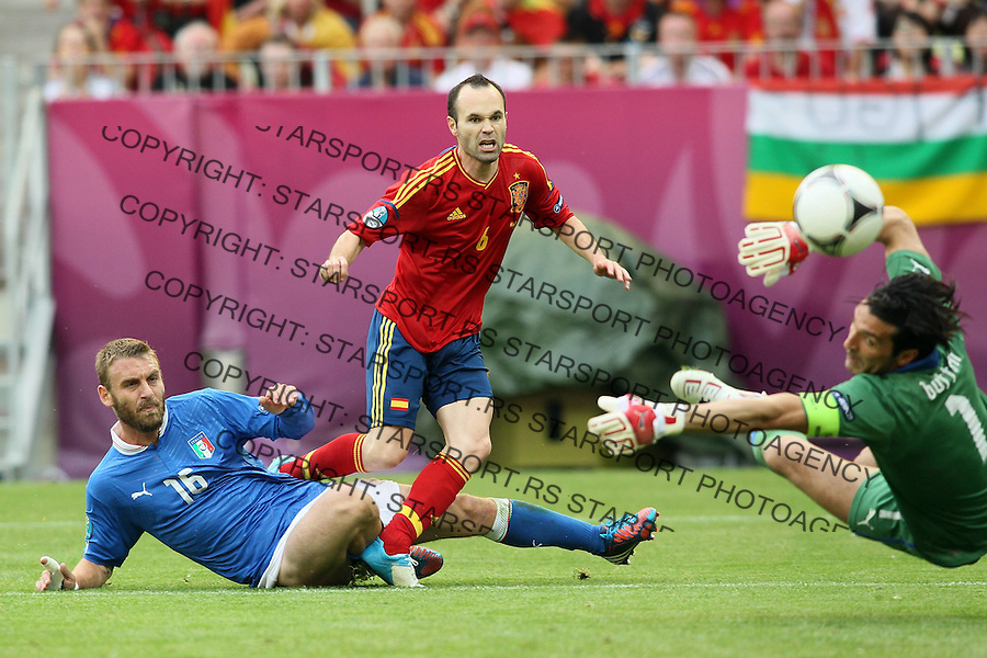 10.06.2012 GDANSK - ARENA GDANSK ( GDANSK POLAND ARENA GDANSK STADIUM STADIUM) PILKA NOZNA (FOOTBALL ) MISTRZOSTWA EUROPY W PILCE NOZNEJ UEFA EURO 2012 ( EUROPEAN CHAPIONSHIPS UEFA EURO 2012 ) GRUPA C ( POOL C) MECZ HISZPANIA - WLOCHY ( GAME SPAIN - ITALY ).NZ DANIELE DE ROSSI (L) ANDRÉS INIESTA (C) BUFFON GIANLUIGI (P) .FOTO MATEUSZ TRZUSKOWSKI/CYFRASPORT/NEWSPIX.PL.---.Newspix.pl