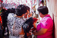 Querétaro, Qro. 13 de septiembre de 2015.- Listos estuvieron cada detalle de los integrantes del grupo de danza chichimeca Águila Azteca, quienes  por más de 140 años acuden al desfile de Danzas en la Fiesta Grande de la Exaltación de la Santa Cruz de los Milagros. Entre trajes, pinturas y pieles de animales gente de diferentes partes del país los acompañaron durante su recorrido.
