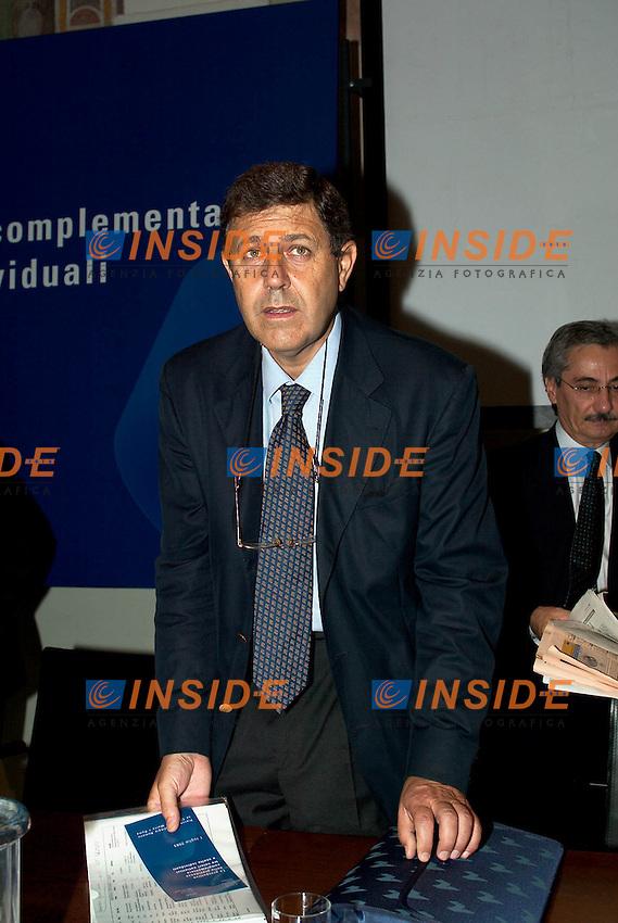 Roma 1 Luglio 2003<br />Ania / Irsa &quot;le prospettive della previdenza complementare tra valori collettivi e scelte individuali&quot;<br />Il Direttore Generale dell'ANIA (Associazione nazionale fra le imprese assicuratrici) Giampaolo Galli