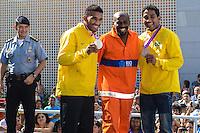 RIO DE JANEIRO, RJ, 15 AGOSTO 2012 - VISITA DA BANDEIRA OLIIMPICA AO COMPLEXO DO ALEMAO- Os irmaos Falcao, medalhistas olimpicos e o Gari Sorriso,na cerimonia de visitacao da Bandeira Olimpica no Complexo do Alemao em Bonsucesso zona nortedo Rio de Janeiro.(FOTO:MARCELO FONSECA / BRAZIL PHOTO PRESS).