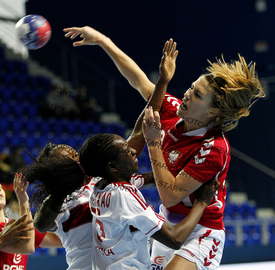 Polandís Marta Gega (R) vies with Angola's Juliana Jose Machado (L) and Elzira de Fatima Borges T. Barros (C) during their Women's Handball World Championship 2013 match Poland vs Angola on December 10, 2013 in Zrenjanin.  AFP PHOTO / PEDJA MILOSAVLJEVIC