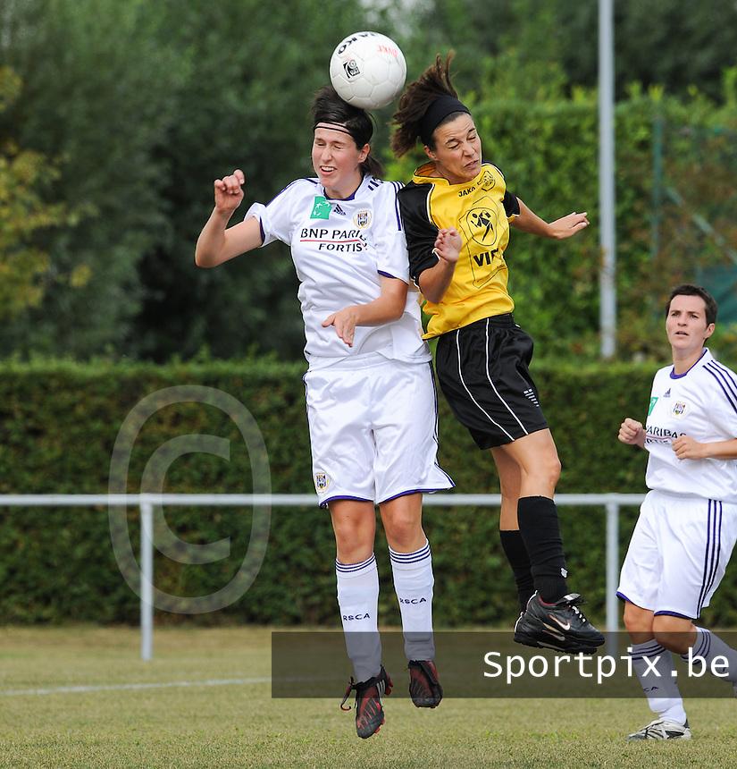 DVK Egem - RSC Anderlecht : Elien De Jaeger in kopduel met Gwendolyn Verhoye (rechts).foto DAVID CATRY / Vrouwenteam.be