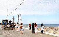 Nederland Scheveningen  2017 .  Een dagje naar het strand. De Pier met reuzenrad.    Foto Berlinda van Dam / Hollandse Hoogte