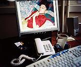 """KOS / Kosovo /Mitrovica / 01.07.2009 / Bildschirm im Büro der NGO """"Little People of Kosovo"""" mit dem Bild eines neunjährigen Jungen, der im Jahr 2007 an den Folgen der Schwermetallbelastung verstorben ist"""