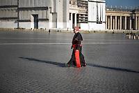 Continuano gli incontri dei cardinali per trovare l'accordo sulla data dell'inizio del Conclave che porterà all'elezione del nuovo Papa dopo le dimissioni di Benedetto XVI. Il cardinale Thomas Christopher Collins in Piazza San Pietro