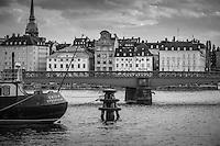 Skeppsholmsbron i svartvitt med Gamla stan i Stockholm i bakgrunden.