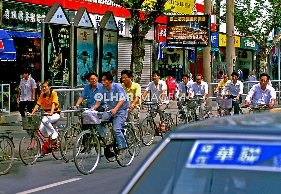 Trânsito de bicicletas na cidade de Xangai, China. 1994. Foto de Nair Benedicto.