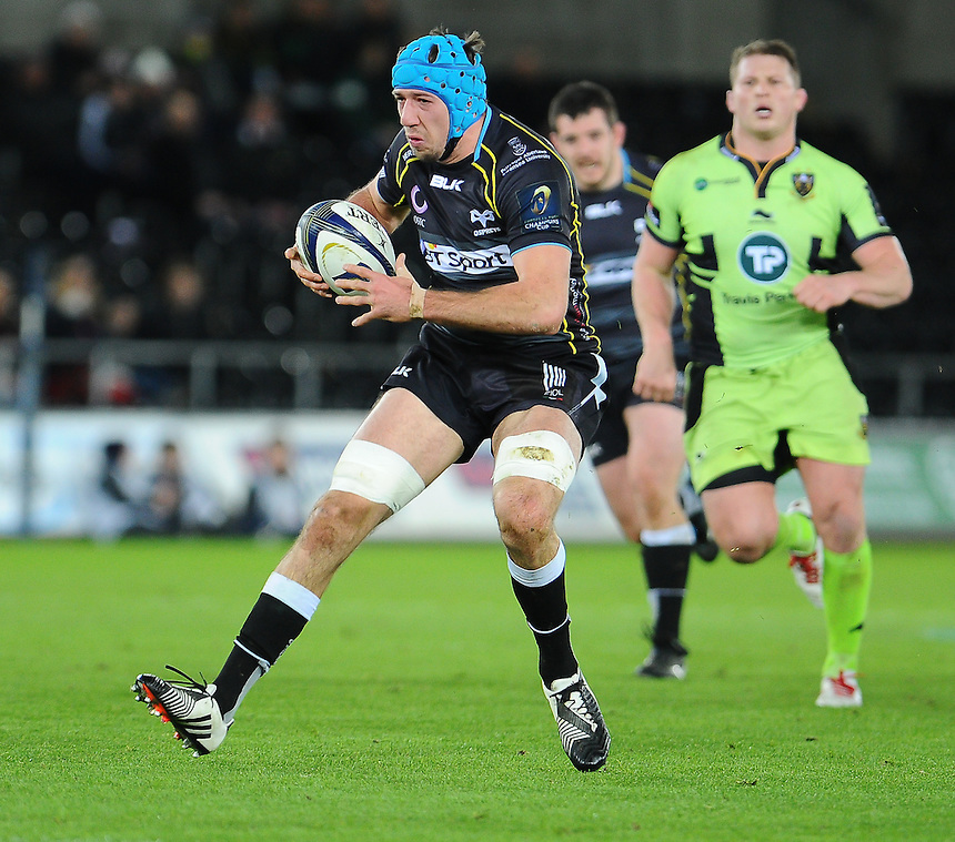 Ospreys Justin Tipuric in action during todays match<br /> <br /> Photographer Craig Thomas/CameraSport<br /> <br /> Rugby Union - European Rugby Champions Cup - Pool 5 - Ospreys v Northampton Saints - Sunday 18th January 2015 - Liberty Stadium - Swansea<br /> <br /> &copy; CameraSport - 43 Linden Ave. Countesthorpe. Leicester. England. LE8 5PG - Tel: +44 (0) 116 277 4147 - admin@camerasport.com - www.camerasport.com