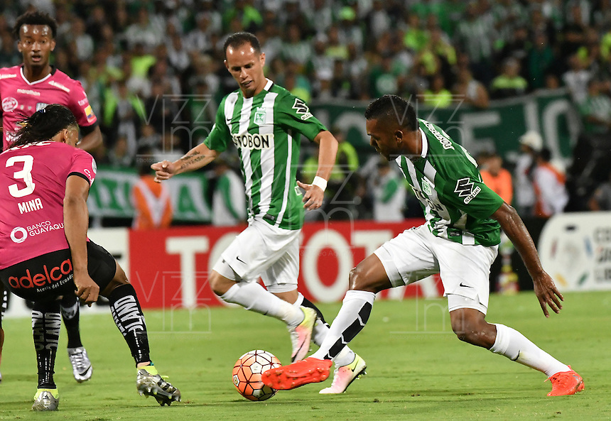 MEDELLÍN -COLOMBIA-27-07-2016. Miguel Borja (Der) jugador de Atlético Nacional de Colombia disputa el balón con Arturo Mina Meza (Izq) jugador de Independiente del Valle de Ecuador durante partido de vuelta por la final de la Copa Bridgestone Libertadores 2016 jugado en el estadio Atanasio Girardot de la ciudad de Medellín. / Miguel Borja (R) player of Atletico Nacional of Colombia fights for the ball with Arturo Mina Meza (L) player of Independiente del Valle of Ecuador during second leg match for the final of the Copa Bridgestone Libertadores 2016 played at Atanasio Girardot stadium in Medellin city. Photo: VizzorImage/ Alejandro Rosales