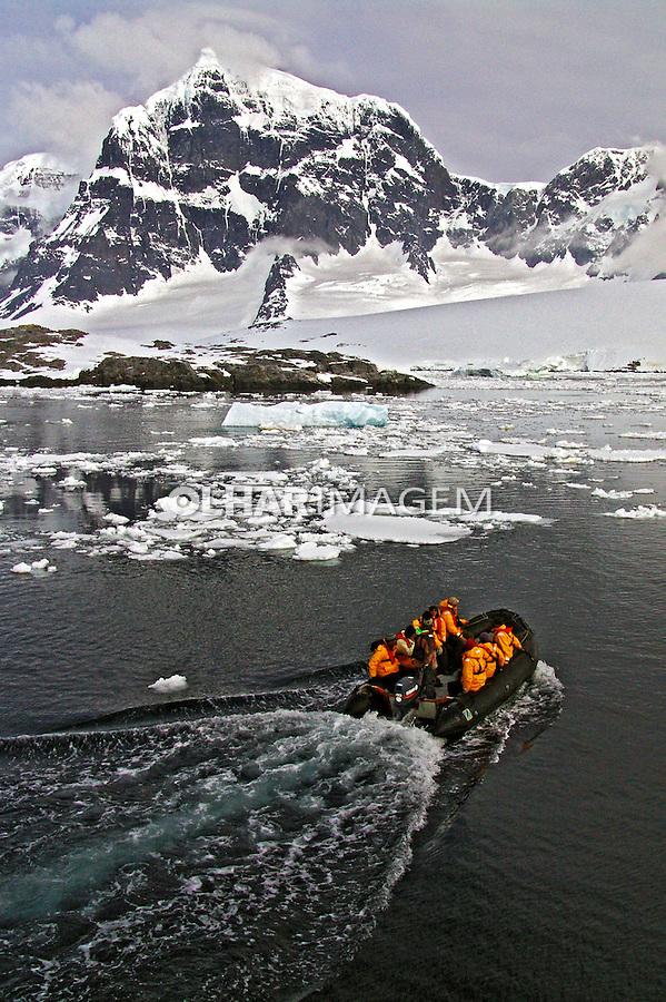 Pessoas em barco e geleira na Antartida. 2006. Foto de Caio Vilela.