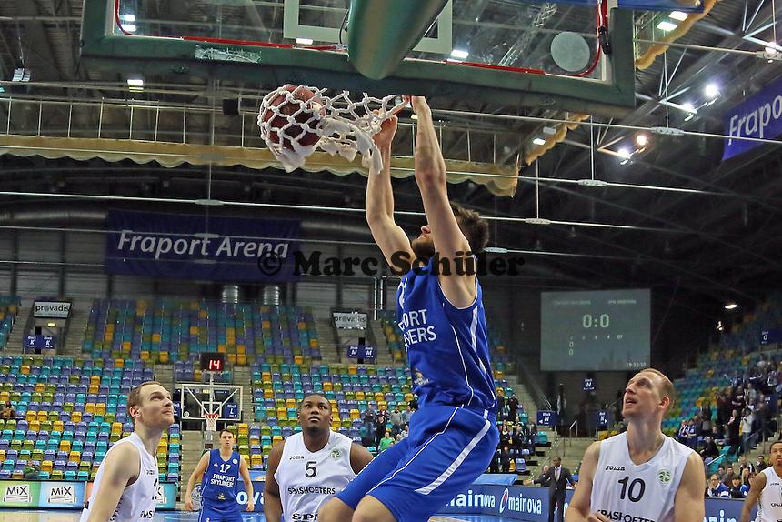 Dunking Danilo Barthel (Skyliners) - Fraport Skyliners vs. Shooters Den Bosch, Fraport Arena Frankfurt