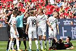 12.05.2018, BayArena, Leverkusen, GER, 1.FBL, Bayer 04 Leverkusen vs Hannover 96, im Bild  Guido Winkmann (SR) (Schiedsrichter, referee), gilbt Timo Huebers / H&uuml;bers (#15, Hannover 96) Gelb / gelbe Karte <br /> <br /> <br /> <br /> Foto &copy; nordphoto/Mauelshagen