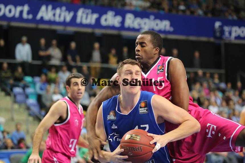 Johannes Voigtmann (Skyliners) gegen Jamel McLean (Bonn) - Fraport Skyliners vs. Telekom Baskets Bonn, Fraport Arena Frankfurt