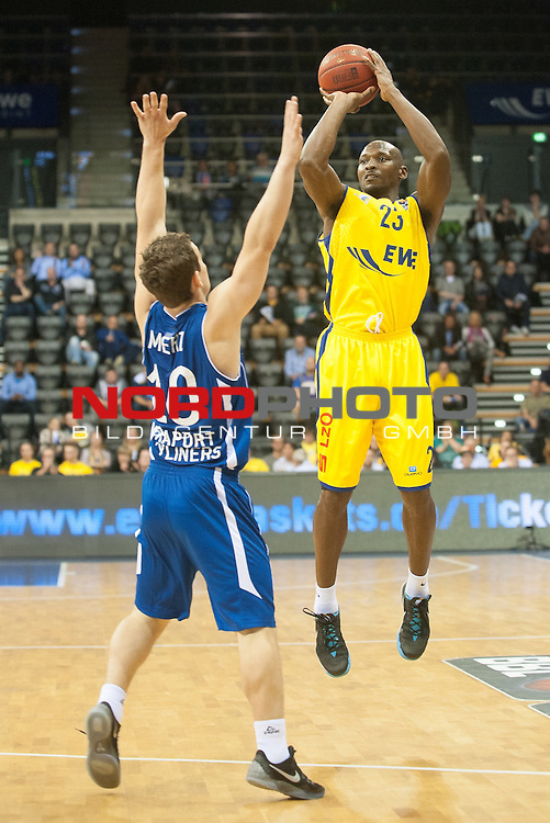 07.10.2015, EWE Arena, Oldenburg, GER, Beko BBL, EWE Baskets Oldenburg vs FRAPORT SKYLINERS , im Bild<br /> <br /> Rickey Paulding (EWE Baskets Oldenburg #23)<br /> Max Merz (Fraport Skyliners Frankfurt #10)<br /> <br /> Foto &copy; nordphoto / Rojhan