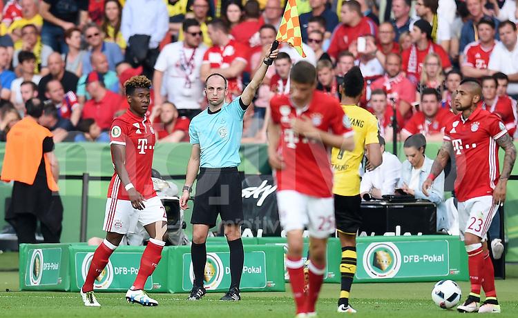 FUSSBALL  DFB POKAL FINALE  SAISON 2015/2016 in Berlin FC Bayern Muenchen - Borussia Dortmund         21.05.2016 Schiedsrichterassistenten Dominik Schaal (Mitte, Tuebingen)