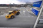 DIEMEN - Langs de snelweg A1 bij Diemen zijn medewerkers van J. Streefkerk als onderaannemer van De Vries & van de Wiel, met dumpers, graafmachines en schep, bezig met het aanleggen van een aardebaan voor de aansluiting op de Uyllanderbrug. Als onderdeel van het project Schiphol-Amsterdam-Almere(SAA), waarbij de A1 wordt verbreed en bij Muiderberg wordt verlegd naar het zuiden, krijgt IJburg via de zgn Oostelijke Ontsluitingsweg (OOIJ) over het Amsterdam-Rijnkanaal ook een rechtstreekse aansluiting op de rijksweg A1. Om de geluidsoverlast van de te verbreden snelweg te beperken zal de snelweg in opdracht van Rijkswaterstaat later grotendeels worden ingekapseld met 8 meter hoge geluidsschermen. COPYRIGHT TON BORSBOOM