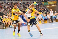 Kentin Mahe (HSV) gegen Mads Mensah Larsen und Bjarne Myrhol (Löwen)- Tag des Handball, Rhein-Neckar Löwen vs. Hamburger SV, Commerzbank Arena