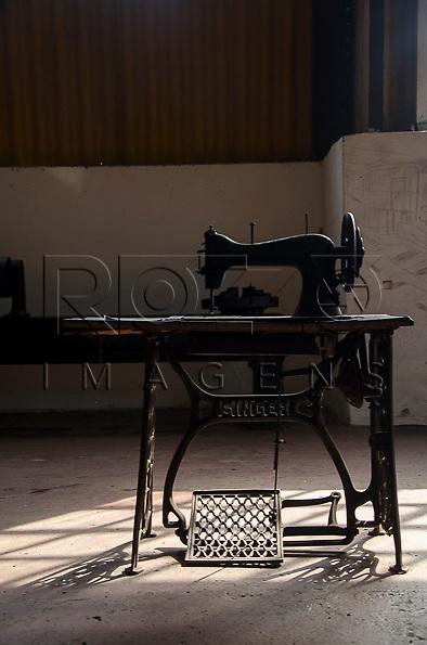 Máquina de costura usada para costurar os bancos dos trens. Museu Tecnológico Ferroviário, Santo André - SP, 04/2013.                              * É necessário solicitar autorização para a Vila de Paranapiacaba.